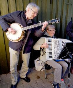 """Festlig, """"gammeldaws"""" musik på harmonika og banjo til enhver lejlighed. Vi spiller sømandssange, gårdsangerviser, evergreens, en del svensk musik f.x. Evert Taube, spillemandsmusik og meget mere. Vi kan levere baggrundsmusik under maden. Til syng-sammen-arrangementer/ fællessang, kan vi medbringe sangeark. Vi kan også instruere i lette, sjove kreds/ familiedanse, hvor folk bliver """"rystet godt sammen""""."""